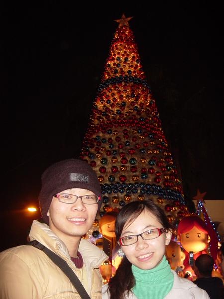 後面的耶誕樹很大一顆
