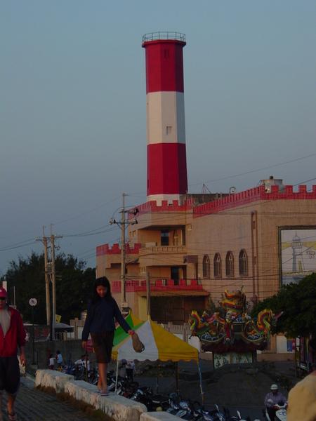 """高美溼地著名的地標:紅白相間""""燈塔"""",不是煙囪喔"""