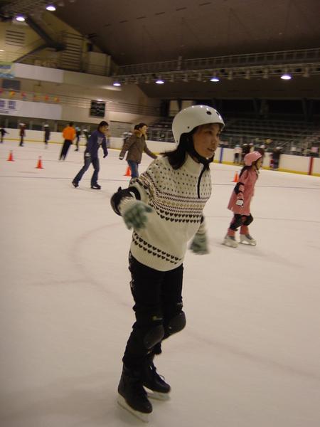 瑞喻帥氣的滑著冰