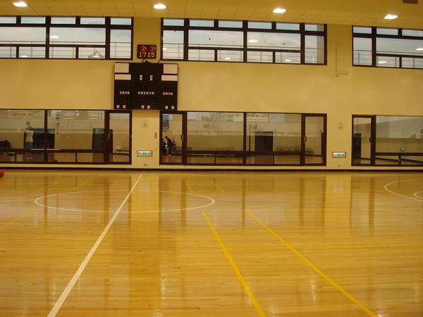 台大醫學院對面的中正體育館,其實是東西軍籃球賽後的照片><