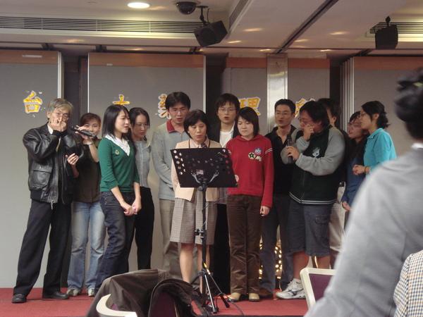 陳老師家合唱,有學長吹口琴耶