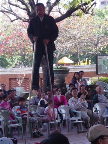 這老伯是踩高翹,打陀螺高手中高手的高手
