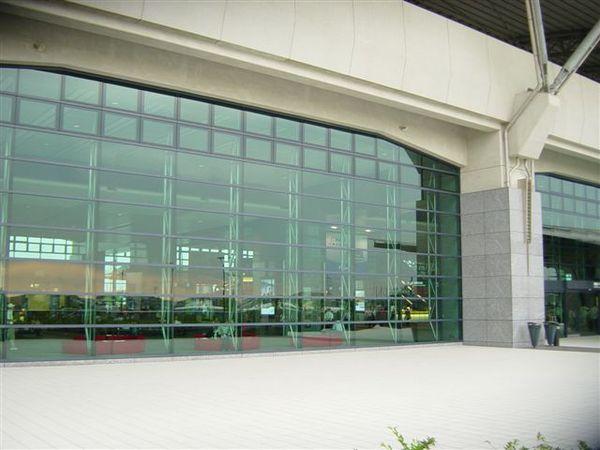 大量玻璃築起的高鐵讓光線進入降低照明設備的使用