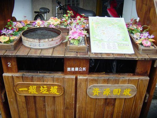 很不錯的idea,觀光地的垃圾桶有地圖來引導也有美化的作用