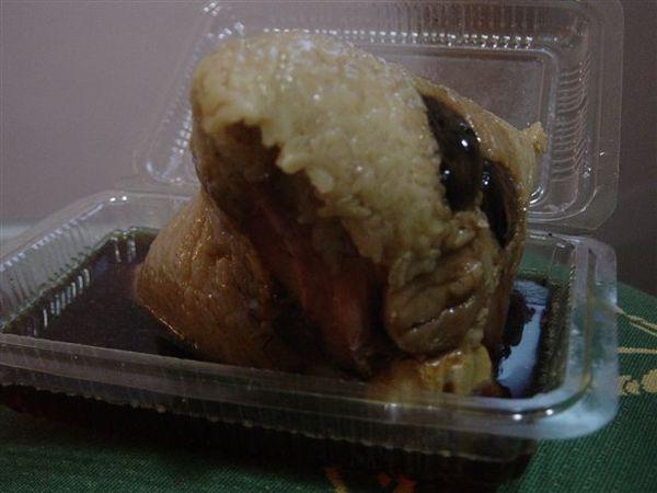 在特寫一下,大號肉粽,其實是沒買到50元的在抱怨= =