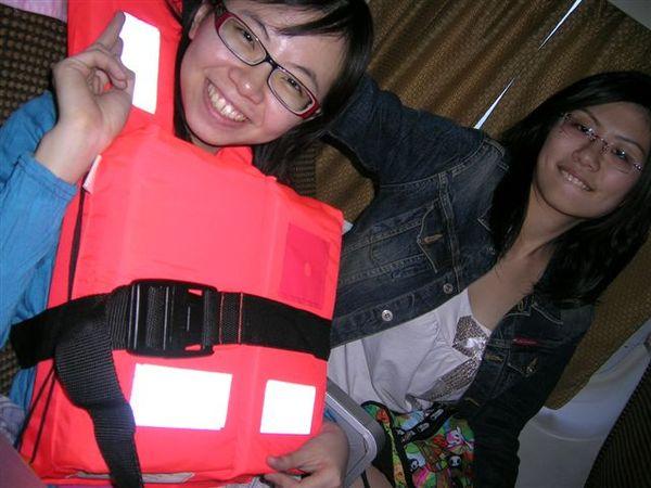 baby穿救生衣還是很可愛^^,其實只是好玩拿起來穿,船上沒有人穿喔