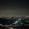 我覺得這邊夜景很不錯,一個地方有多個點可以坐或是站著看