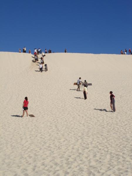 爬沙山的人們