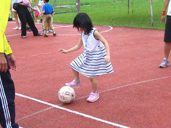 可愛的小朋友踢足球