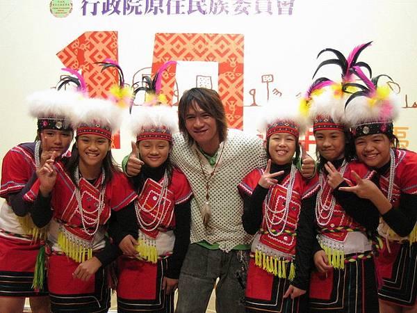 王宏恩跟小朋友合照