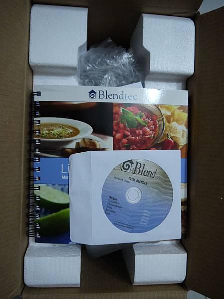 開箱後第一層是食譜 & Manual & CD