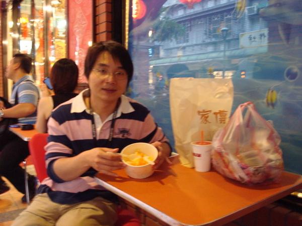 在老街上吃芒果剉冰