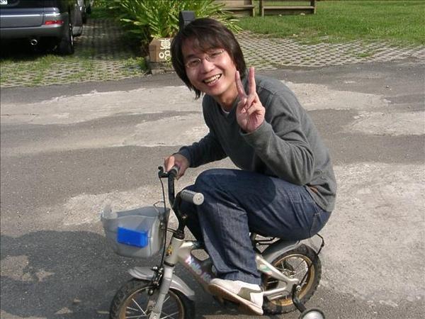 皮蛋威利騎小車車