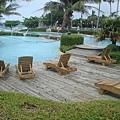 沙灘旁還有泳池和SPA池..泳池之一