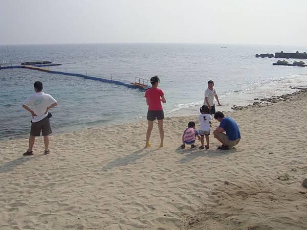 海邊走走小孩最愛了