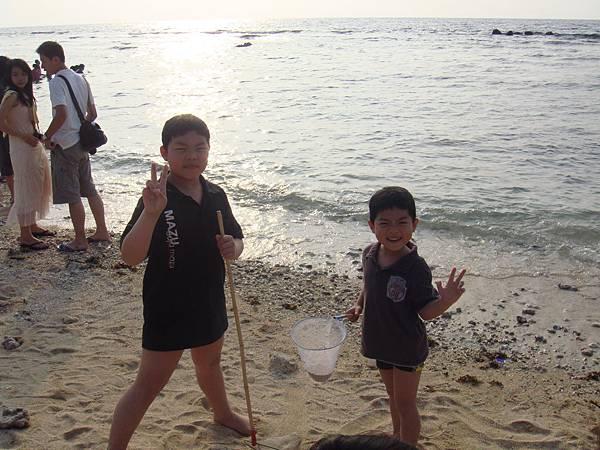 兩兄弟海邊撈魚去