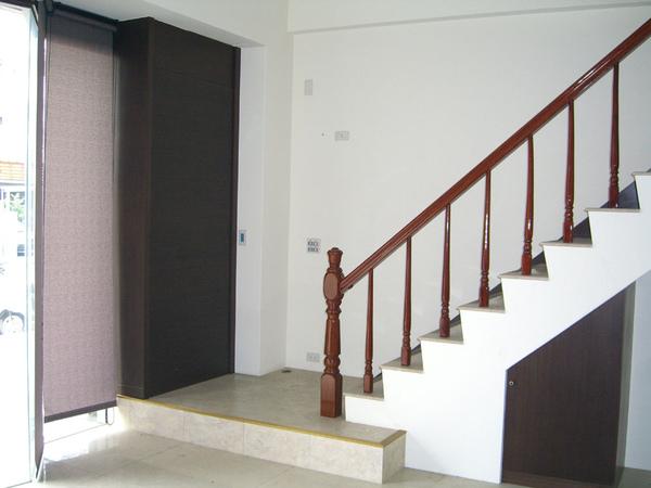 右前方樓梯口.jpg