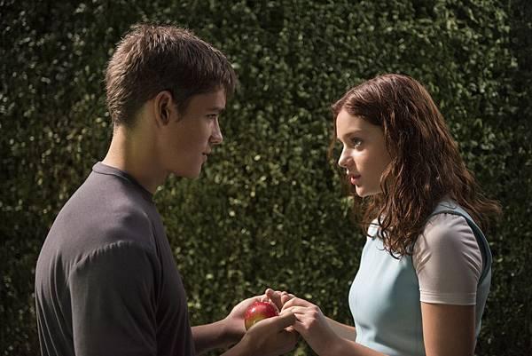001【記憶傳承人】劇照_男女主角布蘭頓思懷茲(左)與歐德雅羅許(右)在片中有浪漫戀情