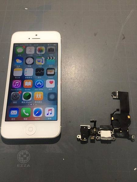 IPHONE 5充電還要找角度