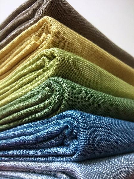 都是新顏色。鐵灰、亮金、芥末黃、海藻綠、海水藍、粉藍