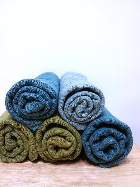 這是手紡棉巾。海水藍、海藻綠,還有一條漸層藍
