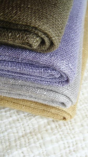 棉麻款圍巾。NTD890。顏色隨季節性調整