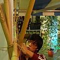 麻繩跟竹竿撐起了場地