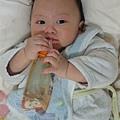 3/30 用奶瓶喝水