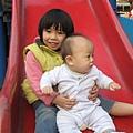 2/28 跟姊姊玩溜滑梯