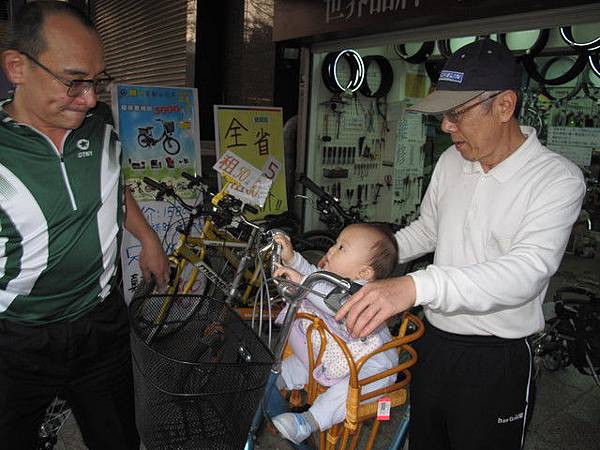 2/28 腳踏車上娃娃坐