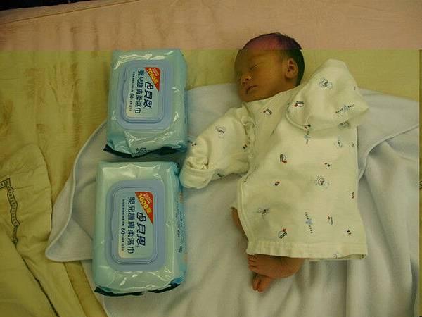 兩包濕紙巾是弟弟的長度
