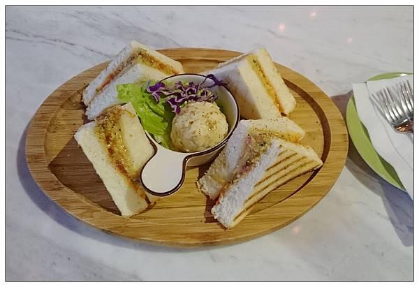 閱樂書店-蕃茄羅勒起司烤土司