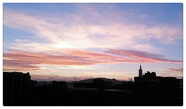 清晨的窗外天空和雲朵