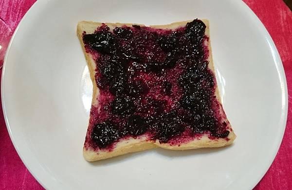 自做藍莓果醬塗土司