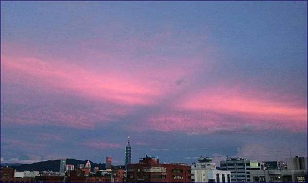 陽台外的粉色天空
