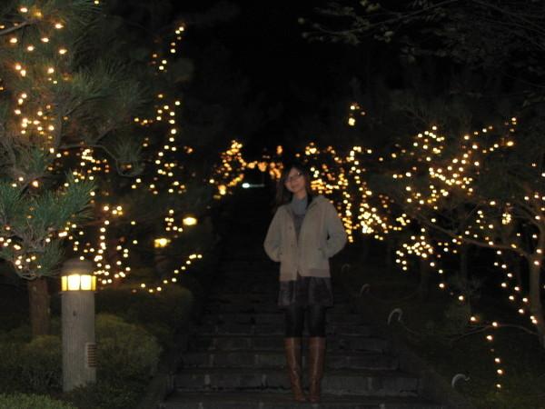 長長的樓梯  掛滿了燈炮裝飾