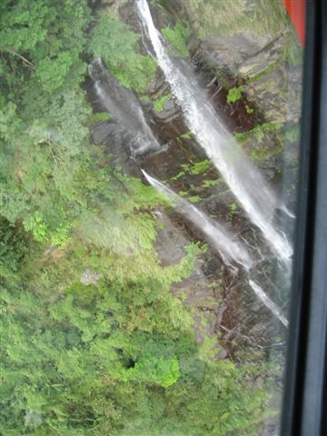 經過瀑布的上方