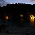 雖然天色已暗,但河面上還是有很多小船~