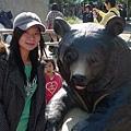 在外面想跟貓熊拍照~可是等好久 一直被小朋友的把拔馬麻搶先...只好先去跟黑熊拍~