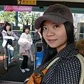 在車上來一張~帽子我很喜歡 NET買的 有蝴蝶結喔:p