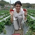 小旺跟巨大草莓合照