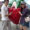 大家都要跟大草莓合照:p