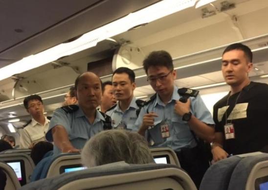 橙汁潑國泰空姐 只因沒給兒童餐被數名港警拖走|天下運動網|天下現金網