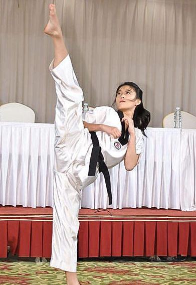 韓國跆拳道美少女 穿迷你裙也可腳踢180度|天下運動網|天下現金網