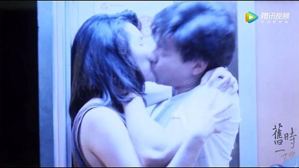 電話亭裡擁吻 藍光.jpg