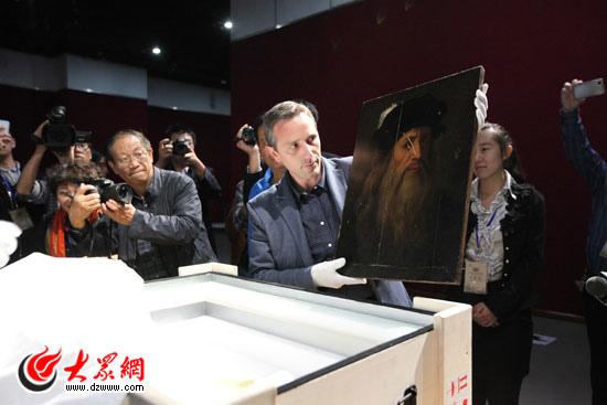 十藝節3 義大利文化部官員Barbatell向大家展示達芬奇真跡《自畫像》