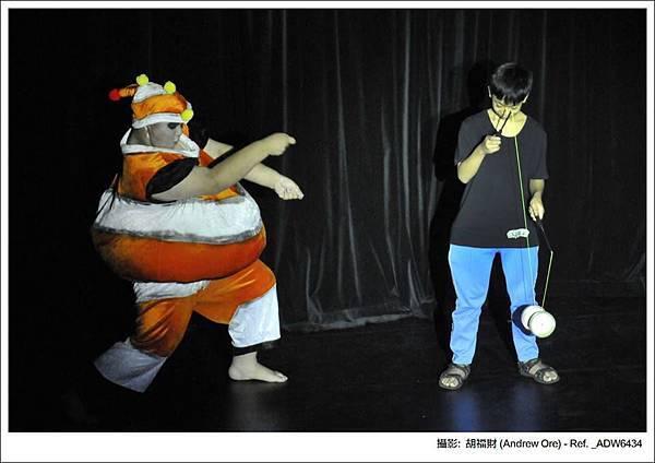 愛耍寶的胖肚子小丑魚,找小觀眾一起玩扯鈴