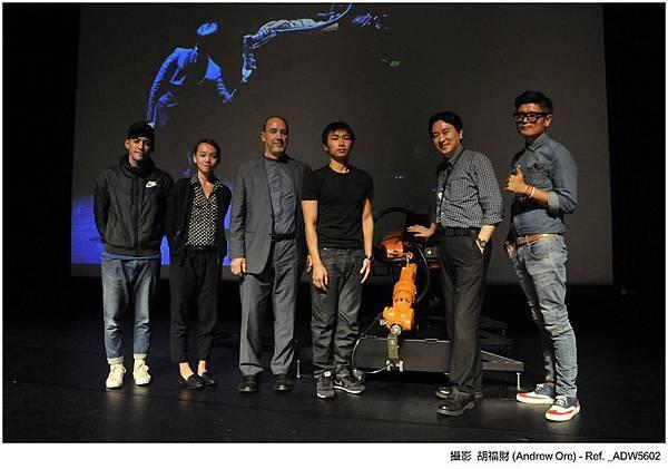 由左至右分別為:舞者胡鑑、林柔雯、3LD藝術總監Kevin Cunningham、黃翊、廣藝基金會執行長楊忠衡及QA Ring計劃主持人吳宗祐。