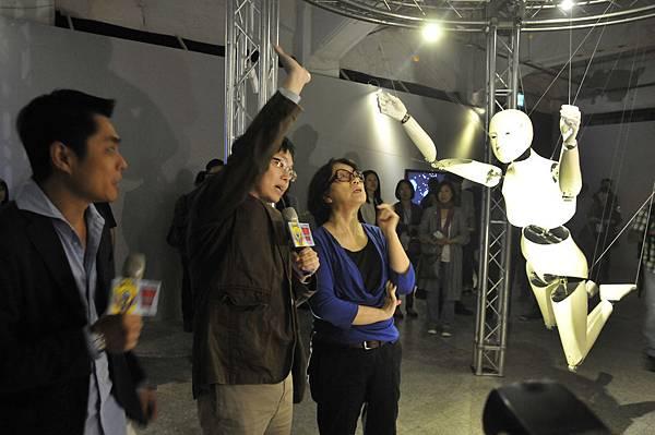 龍應台部長參與數位表演藝術節《象限‧穿越》物件裝置暨影像展(廣藝基金會提供,胡福財攝影)