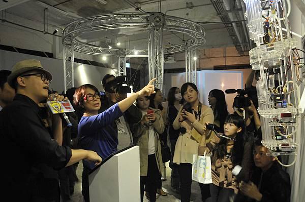龍應台部長參與數位表演藝術節《象限‧穿越》物件裝置暨影像展-2(廣藝基金會提供,胡福財攝影)